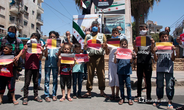 أطفال وشبان يحملون لافتات في وقفة احتجاجية بمدينة إدلب - 17 تموز 2020 (عنب بلدي/أنس الخولي)