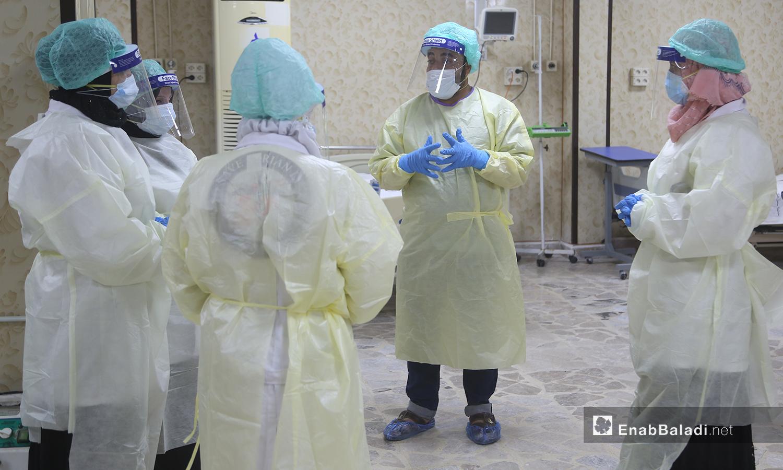 """طبيب ومجموعة من الممرضين في قسم علاج فيروس """"كورونا المستجد"""" في مشفى الزراعة بمدينة إدلب - 14 حزيران 2020 (عنب بلدي\يوسف غريبي)"""