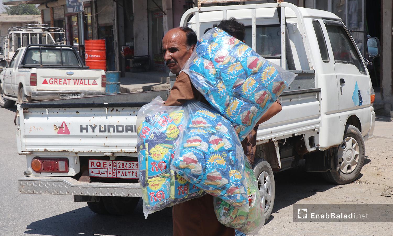 بائع جوال يبيع أكياس البوشار في مدينة الرقة - 11 تموز 2020 (عنب بلدي/عبد العزيز صالح)