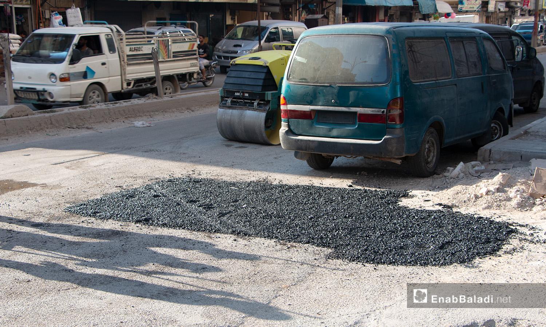 ترميم أحد طرقات مدينة إدلب من قبل المجلس المحلي للمدينة - 14 تموز 2020 (عنب بلدي/أنس الخولي)