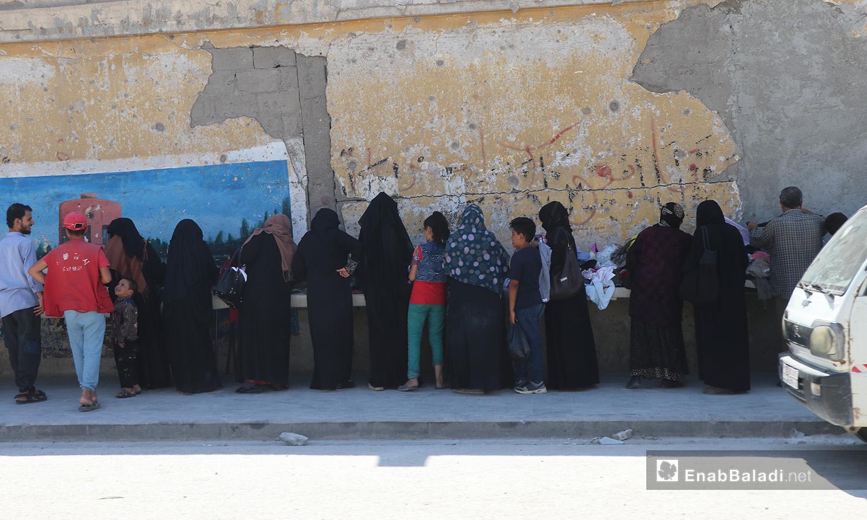 مجموعة نساء يشترون الثياب في مدينة الرقة - 11 تموز 2020 (عنب بلدي/عبد العزيز صالح)