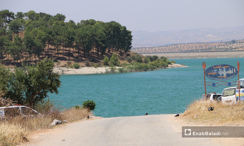 عناصر من الدفاع المدني وغواصين للإنقاذ على ضفة بحيرة ميدانكي في عفرين شمالي سوريا - 21 تموز 2020 (عنب بلدي/عبد السلام مجعان)