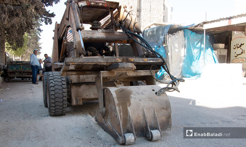 آلية تتجهز للعمل في ترميم الطرقات بمدينة إدلب - 14 تموز 2020 (عنب بلدي/أنس الخولي)