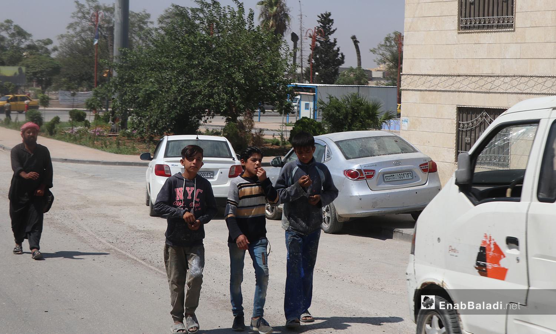ثلاثة أطفال في أحد شوارع مدينة الرقة - 11 تموز 2020 (عنب بلدي/عبد العزيز الصالح)