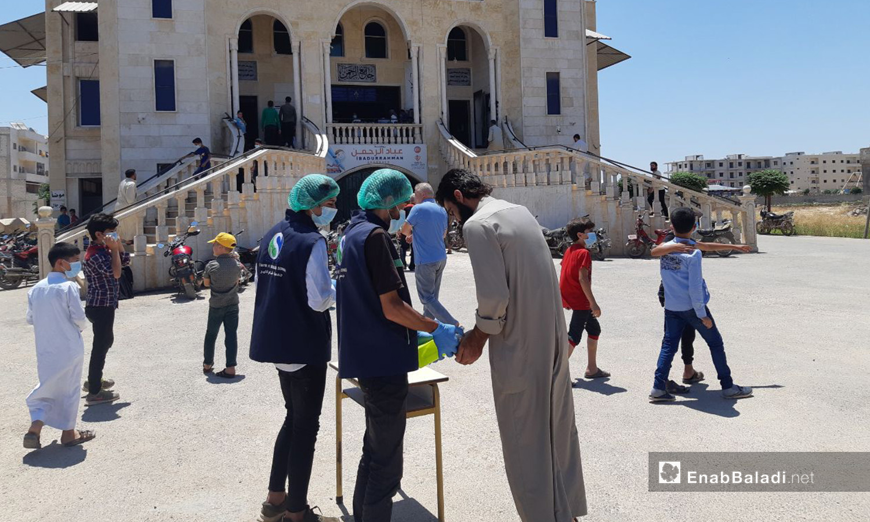 """توزيع كمامات ومعقمات على ابواب بعض المساجد بريف ادلب الشمالي كإجراء وقائي ضد انتشار فيروس """"كورونا المستجد"""" - 22 تموز 2020 (عنب بلدي/إياد عبد الجواد)"""