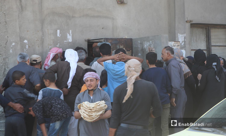 زحمة على أحد أفران الخبز في مدينة الرقة - 11 تموز 2020 (عنب بلدي/عبد العزيز الصالح)