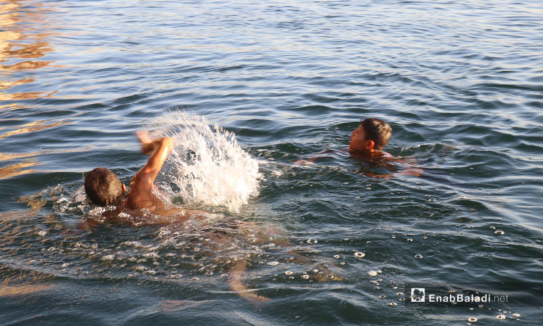 أطفال يسبحون في نهر الفرات في محافظة الرقة - 24 تموز 2020 (عنب بلدي/عبد العزيز صالح)