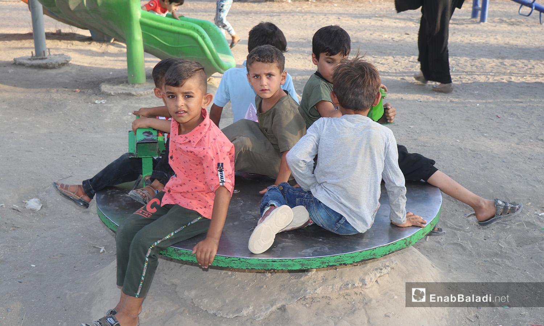 مجموعة أطفال يلعبون في إحدى حدائق مدينة الرقة - 26 تموز 2020 (عنب بلدي/عبد العزيز الصالح)