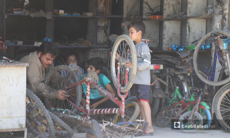 مصلح دراجات هوائية في مدينة الرقة - 11 تموز 2020 (عنب بلدي/عبد العزيز الصالح)