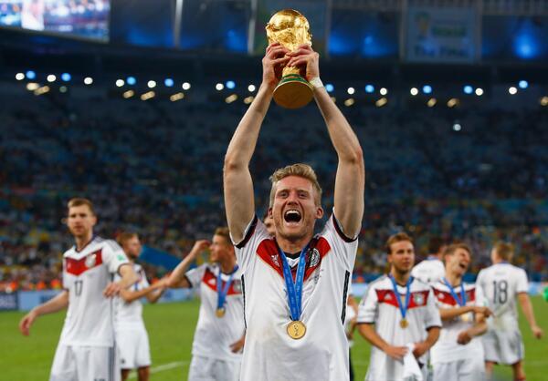 آندريه شورله يرفع كأس العالم مع منتخب ألمانيا في عام 2014- (PL)