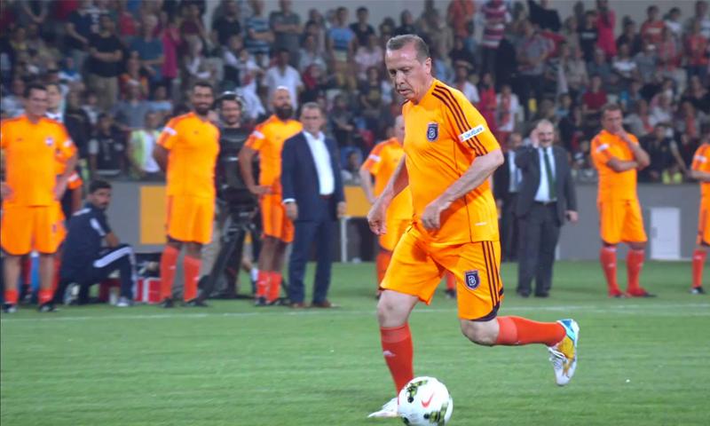 الرئيس التركي رجب طيب أردوغان في المباراة التي افتتح فيها ملعب نادي باشاك شهير الذي توج بلقب الدوري هذا الموسم- 2014 (AFP)