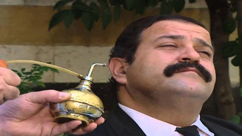 الممثل السوري الراحل حسن دكاك في إحدى لوحات مسلسل مرايا (يوتيوب)
