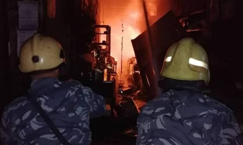 عنصرين من فوج إطفاء دمشق يطفئان حريق البزورية 26 من تموز 2020 (فوج إطفاء دمشق العاصمة/ فيس بوك)