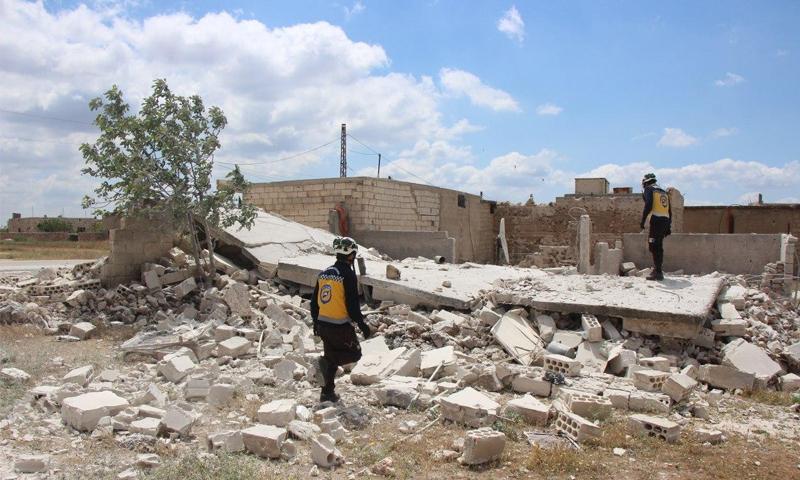 عناصر دفاع مدني يتفقدون منزل بحثًا عن ضحايا بعد قصف من قبل قوات النظام - 10 أيار 2020 (الدفاع المدني)