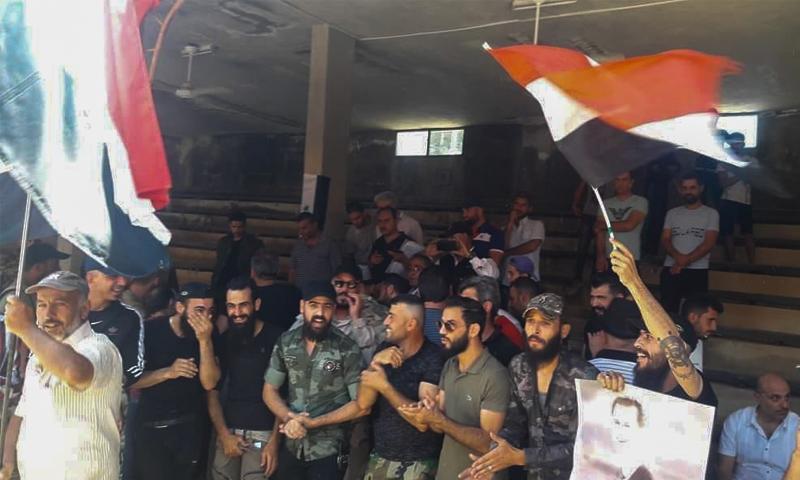 """شباب من بلدة عريقة بريف السويداء يحتفلون مع عناصر النظام بعد إجراء """"تسوية"""" لأوضاعهم - 2 تموز 2020 (السويداء 24)"""