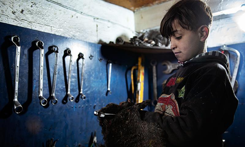 طفل سوري يعمل في ورشة صناعية (يونيسيف)