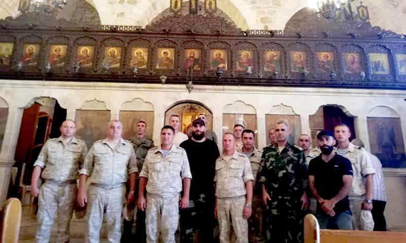 قائد الدفاع الوطني في مدينة السقيلبية في حماة، نابل عبد الله مع وفد روسي- 26 من تموز 2020 (نابل عبد الله فيس بوك)