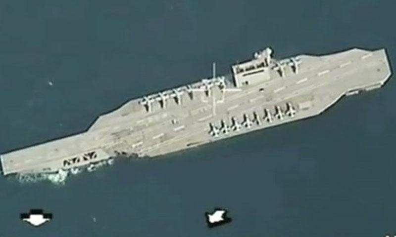 صورة من التسجيل المصور الذي يظهر استهداف حاملة طائرات أمريكية (وكالة فارس)
