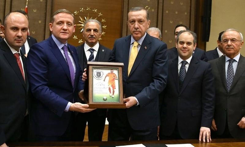 الرئيس التركي، رجب طيب أردوغان على يمين اللوحة، ورئيس نادي باشاك شهير، جوكسيل جوموش داغ على يسارها- 2014 (bolgegundem)