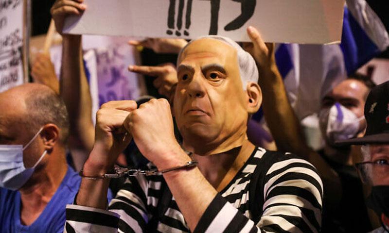 متظاهر يرتدي قناع نتنياهو السبت 19 من تموز 2020 (تايمز أوف إسرائيل)