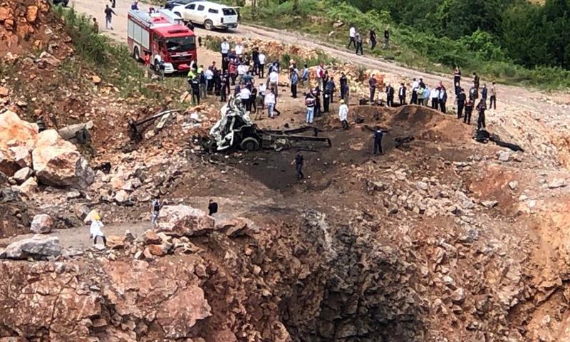آثار الانفجار الذي حدث اليوم أثناء نقل مخلفات مصنع الألعاب النارية في ولاية سكاريا ونجم عنه مقتل ثلاثة وإصابة ستة من عناصر الدرك التركية- 9 من تموز (SÖZCÜ)
