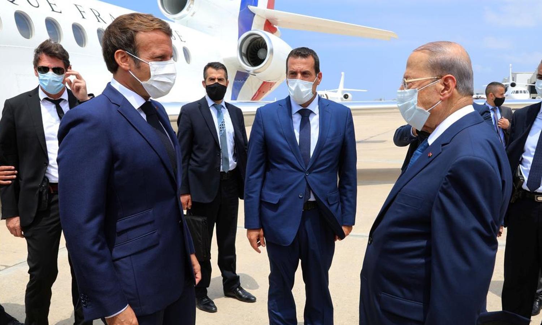 لرئيس اللبناني ميشال عون يستقبل الرئيس الفرنسي إيمانويل ماكرون لدى وصوله إلى المطار في بيروت ، لبنان ، 6 أغسطس ، 2020. Dalati Nohra / Handout via REUTERS