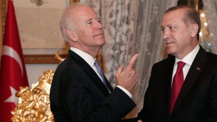 الرئيس التركي رجب طيب أردوغان (إلى اليمين) والمرشح الرئاسي الأمريكي جو بايدن في اسطنبول- 23 كانون الثاني 2016 (رويترز)