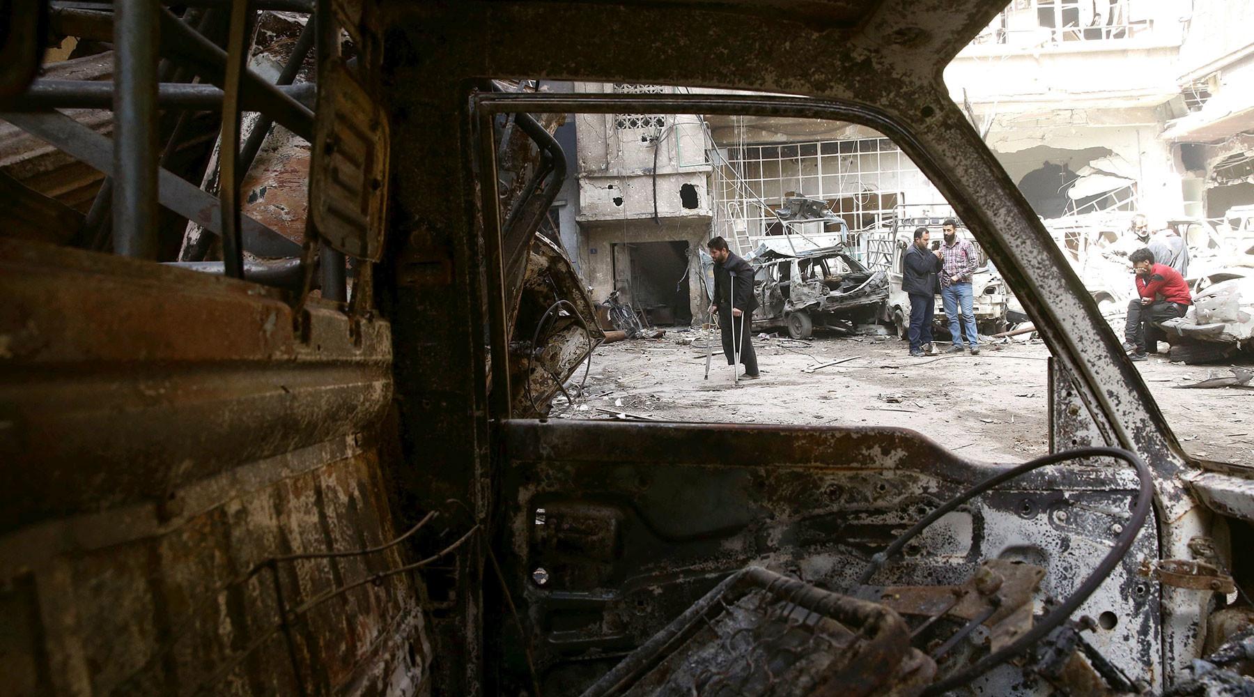 رجل مصاب بعد القصف على دوما (رويترز)