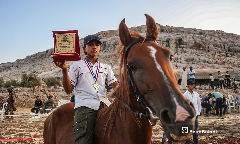 طفل يحرز المركز الأول في مهرجان سرمد للخيول العربية الأصيلة في مدينة سرمدا بشمال إدلب - 28 آب 2020 (عنب بلدي / يوسف غريبي)
