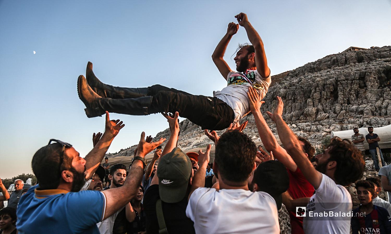 مشجعون يرفعون صاحب المركز الأول في مهرجان سرمد للخيول العربية الأصيلة في مدينة سرمدا بشمال إدلب - 28 آب 2020 (عنب بلدي / يوسف غريبي)