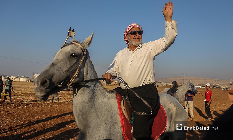 رجل كبير في السن يركب خيل عربية ضمن هرجان سرمد للخيول العربية الأصيلة في مدينة سرمدا بشمال إدلب - 28 آب 2020 (عنب بلدي / يوسف غريبي)