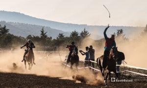متسابقو على الخيول في مهرجان سرمد للخيول العربية الأصيلة في مدينة سرمدا بشمال إدلب - 28 آب 2020 (عنب بلدي / يوسف غريبي)