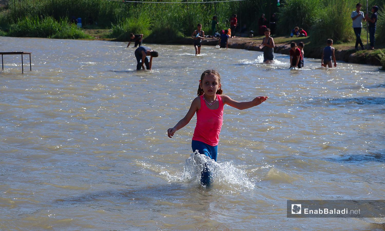 طفلة تلهو في نهر حنة في عفرين - 7 آب 2020 (عنب بلدي/عاصم الملحم)
