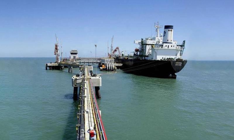 صورة من أرشيف رويترز لناقلة نفط في ميناء بفنزويلا.