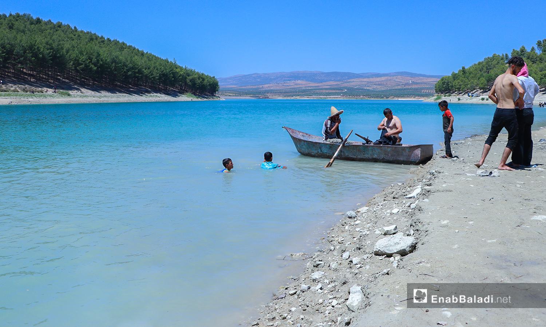 شباب يسبحون في بحيرة ميدانكي في عفرين - 7 آب 2020 (عنب بلدي/ عاصم الملحم)