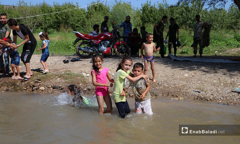 أطفال يسبحون في نهر حنة في عفرين - 7 آب 2020 (عنب بلدي/عاصم الملحم)