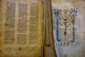 مخطوطة يهودية تم تهريبها إلى إسرائيل من دمشق 18 من آب 2020 (AP)