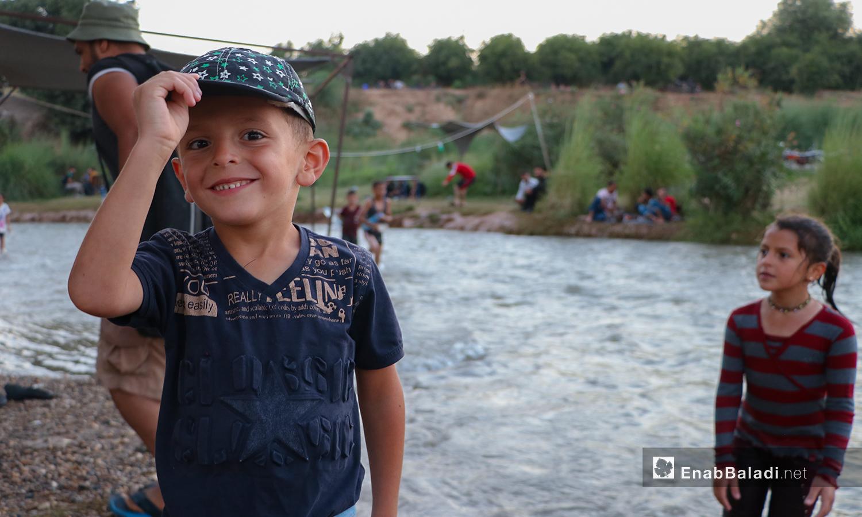 طفل على ضفة نهر حنة في عفرين - 7 آب 2020 ( عنب بلدي/عاصم الملحم)