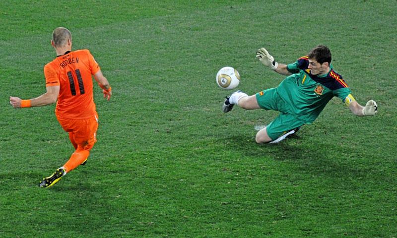 إيكر كاسياس يتصدى لكرة روبن في 2010 ويحرز كأس العالم (ماركا)