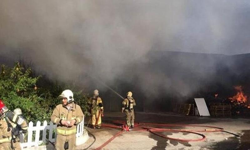 فرق الإطفاء في موقع الحريق في برديس الإيرانية (إرنا)