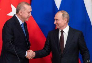 الرئيسان الروسي والتركي يتصافحان خلال مؤتمر صحفي بعد محادثاتهما في الكرملين ، في موسكو ، روسيا ، الخميس 5 من نيسان 2020.