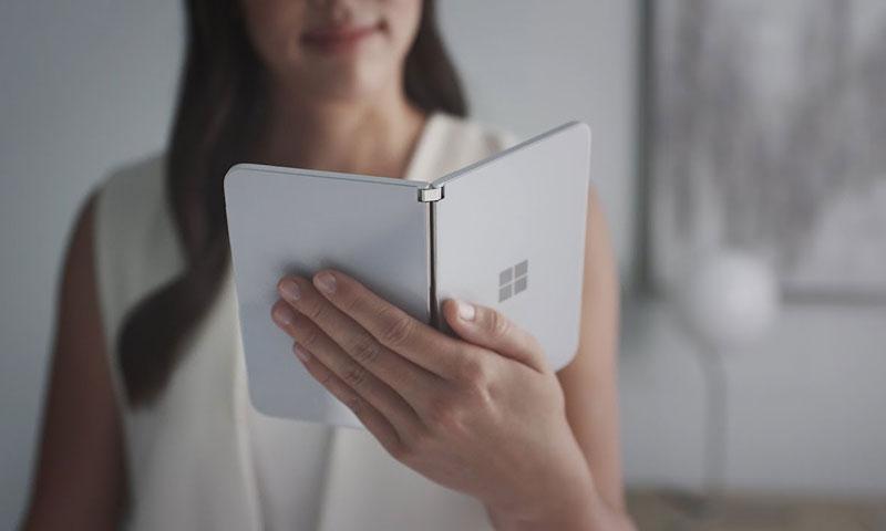 لقطة من الإعلان الترويجي لجهاز Surface Duo الجديد (يوتيوب)