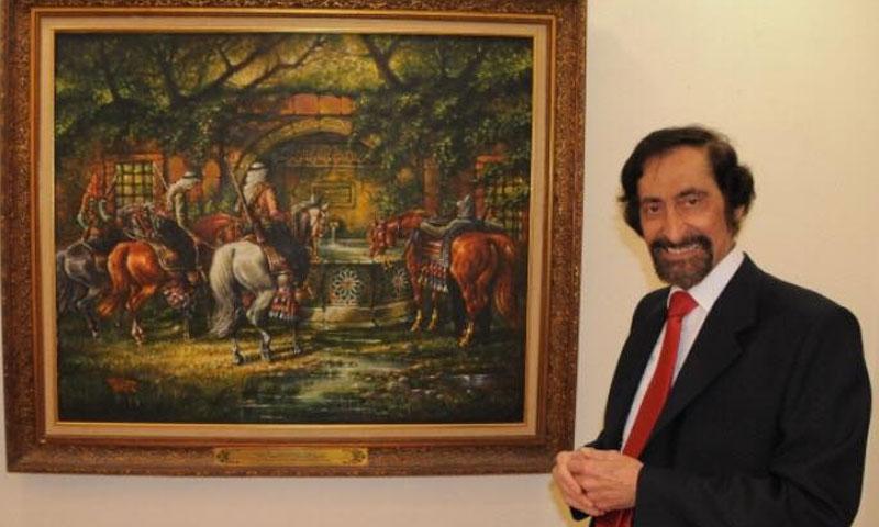 الفنان الراحل أحمد عاصم زكريا أمام إحدى لوحته )الصفحة الرسمية في فيس بوك)