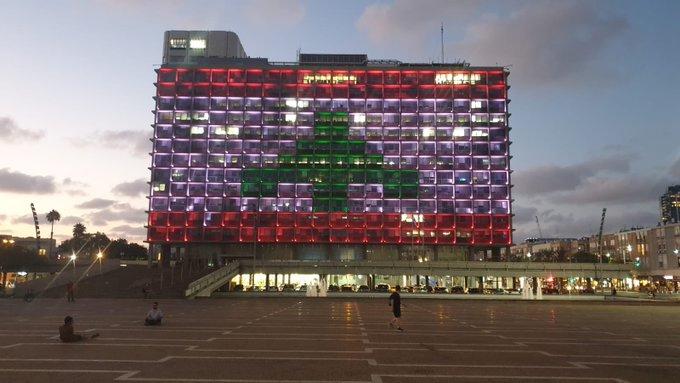 """مبنى بلدية """"تل أبيب"""" الإسرائيلية وهو مضاء بألوان علم لبنان- 5 من آب (إسرائيل بالعربية تويتر)"""