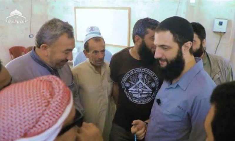 قائد هيئة تحرير الشام أبو محمد الجولاني خلال زيارته إلى أهالي حلفايا- 6 من آب 2020 (تحرير الشام فيديو)