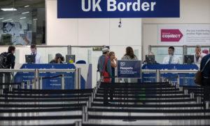 صورة عند ختم الجوازات في مطار من لندن (غيتي)