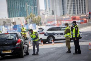 الشرطة الإسرائيلية تفرض إغلاقًا بسبب تفشي فيروس كورونا ، شوهد عند حاجز على طريق بيغن في تل أبيب ، 29 من نيسان 2020 (Miriam Alster / Flash90)
