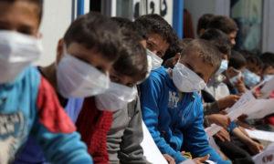 """أطفال نازحون في الشمال السوري يتدربون على وسائل الوقاية من """"كورونا"""" - 18 من آذار 2020 (AFP)"""