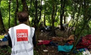 متطوعون في مخيم للمهاجرين في شمال فرنسا. تصوير: Charlie Ermine / Care4Calais / PA