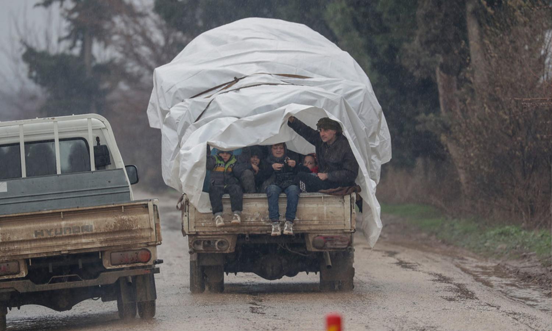 عائلات سورية تلجأ إلى عفرين هربًا من النزاع في إدلب. ( خليل الشاوي)